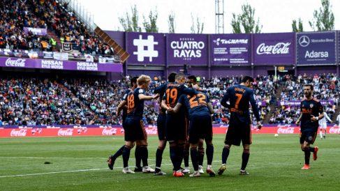 Los jugadores del Valencia celebran un gol en Valladolid. (AFP)