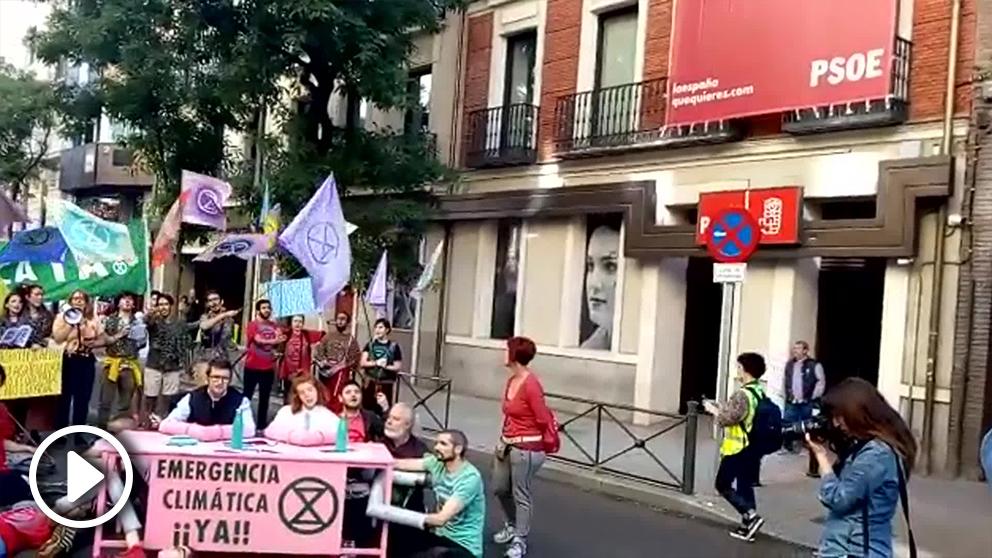 Manifestantes en la calle Ferraz esta mañana.