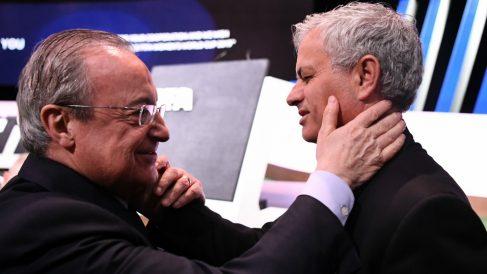 El emotivo reencuentro entre Florentino y Mourinho. (AFP)