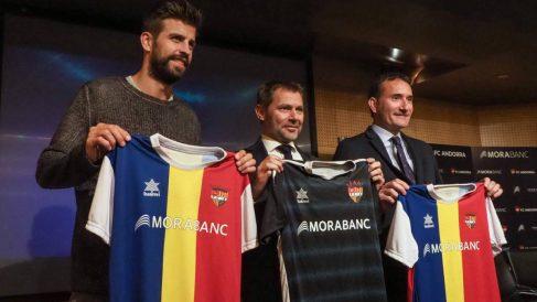 Piqué, posando con la camiseta del Andorra.