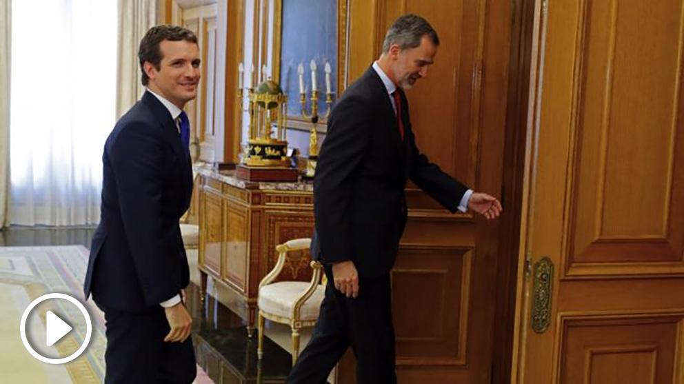 El rey Felipe VI recibe al presidente del Partido Popular, Pablo Casado, esta tarde en el Palacio de la Zarzuela. (Foto. EFE)