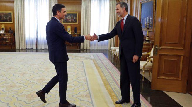 El rey Felipe VI recibiendo a Pedro Sánchez en Zarzuela. (Foto. EFE)