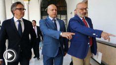Francisco Serrano, portavoz parlamenario de Vox; Alejandro Hernández, y el diputado Rodrigo Alonso, esta mañana en el Registro del Parlamento andaluz
