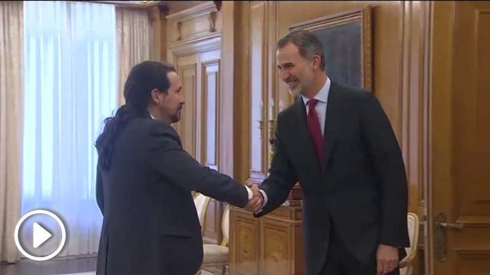 Pablo Iglesias saluda al Rey Felipe VI.