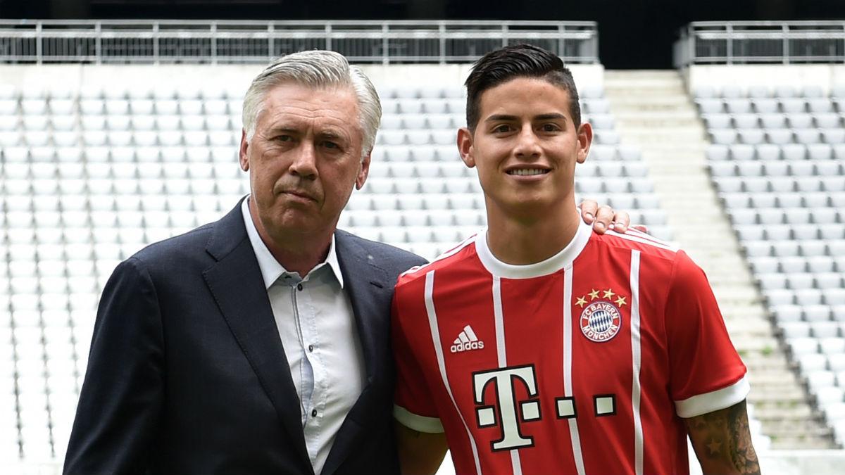 James Rodríguez, junto a Ancelotti en su presentación con el Bayern (AFP).