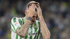 Javi García se lamenta tras una acción del Betis (AFP)