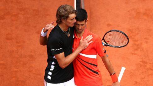 Novak Djokovic y Alexander Zverev se saludan al final del partido. (Getty)