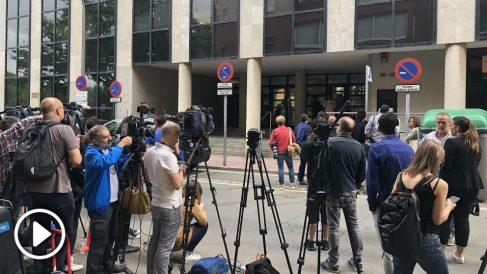 Periodistas esperando la llegda de Shakira en el juzgado