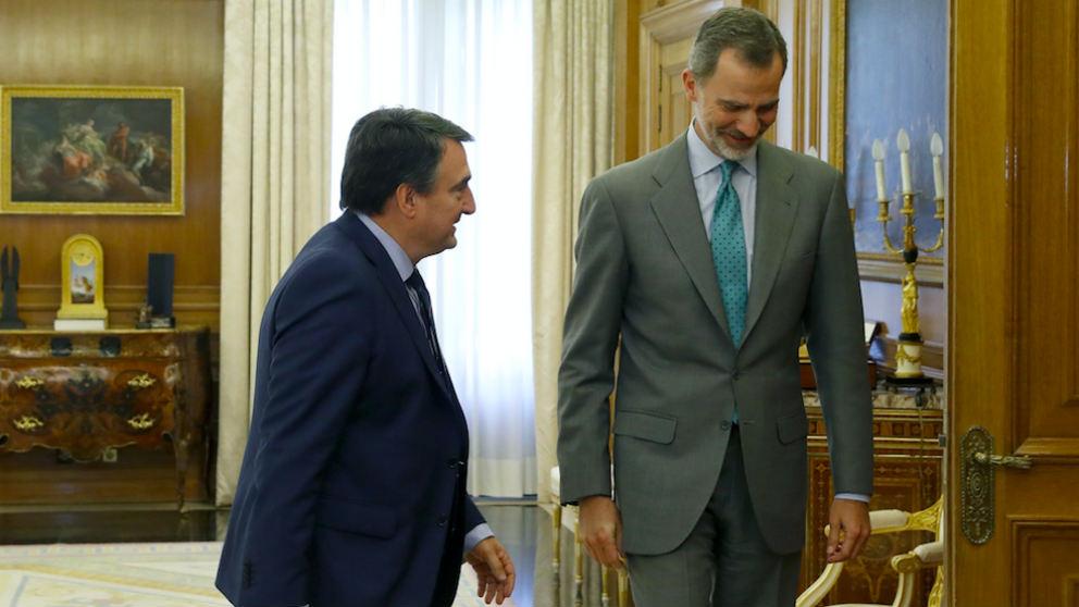 El rey Felipe VI recibiendo al portavoz del PNV en el Congreso, Aitor Esteban (i), en el Palacio de la Zarzuela. (Foto: EFE)