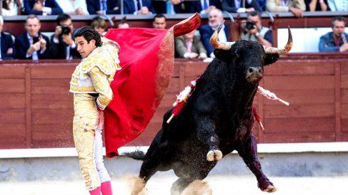 Alberto López Simón durante la faena a su primer toro (Foto: EFE).