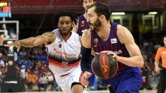 Okoye intenta arrebatar un balón en el Barcelona – Tecnyconta Zaragoza de las semifinales de los playoffs de la Liga Endesa. (Europa Press)