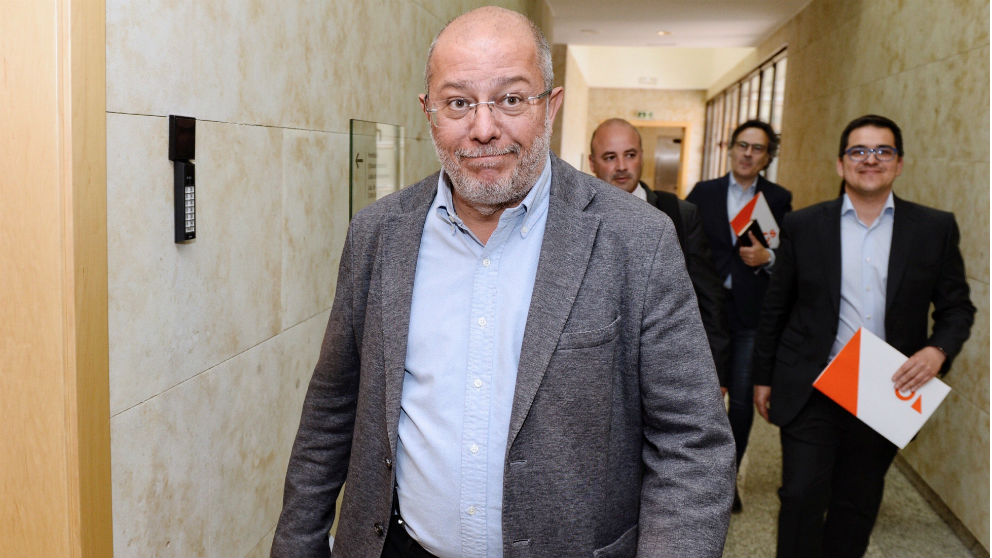 Francisco Igea (i), acompañado de Espejo y otros negociadores de la formación naranja. (Foto: EFE)