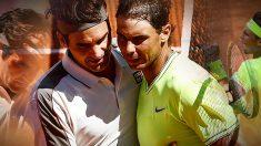 Nadal y Federer se saludan tras las semifinales de Roland Garros.