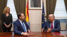 El secretario de Organización del PSOE y ministro de Fomento en funciones, José Luis Ábalos, y el diputado nacional del Partido Regionalista de Cantabria (PRC), José María Mazón. Foto: EP