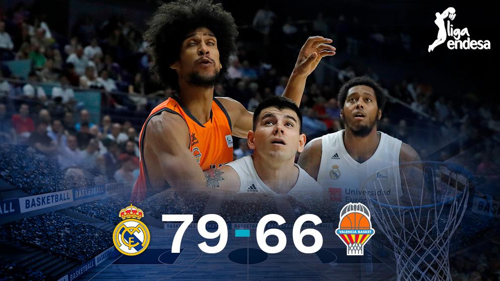Deck y Labeyrie pelean por un balón durante el Real Madrid-Valencia Basket.
