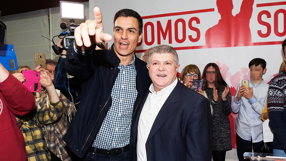 Pedro Sánchez junto al alcalde imputado de Calasparra, José Vélez, en un acto electoral (Foto: EFE).
