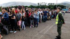 Miles de venezolanos esperan para cruzar la frontera de Venezuela con Colombia en el Estado de Táchira. Foto: AFP