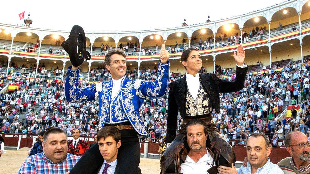 Hermoso de Mendoza y Lea Vicens salen a hombros este sábado en Las Ventas (Foto: EFE).