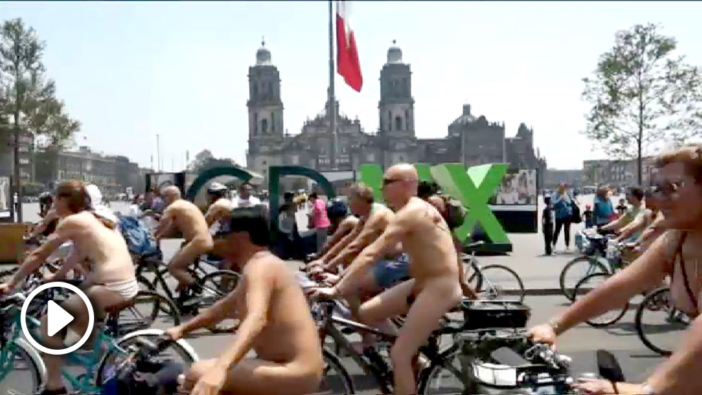 Ciclistas desnudos se manifiestan en Ciudad de México.