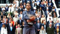 Nadal, con el trofeo de campeón de Roland Garros. (Getty)
