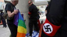 Un miembro de un grupo nazi irrumpe en el Orgullo Gay de Detroit y orina en una bandera israelí. Foto: Twitter