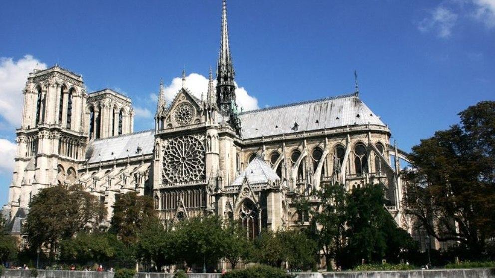 De estilo gótico, es la sede de la archidiócesis de París, la capital francesa.