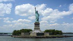 El 17 de junio de 1885 llega a Nueva York, la Estatua de la Libertad como un regalo de Francia