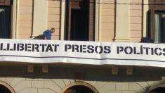 Un trabajador del ayuntamiento colocando la pancarta del ayuntamiento de Sabadell.