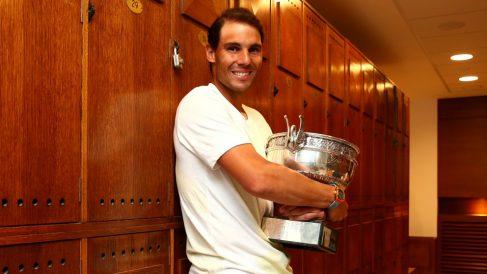 Rafael Nadal posa con el trofeo de campeón de Roland Garros. (Getty)