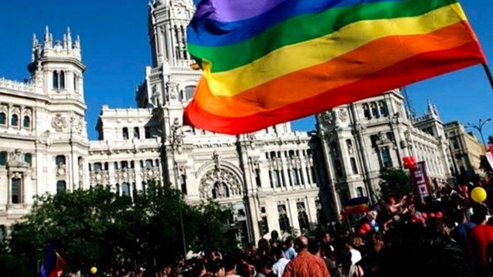 El Ayuntamiento de Madrid con una bandera del orgullo gay. Foto:EP