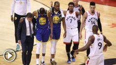 Kevin Durant sale del campo con la ayuda de sus compañeros.