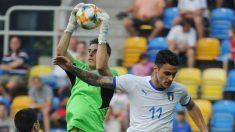 Lunin atrapa un balón en el partido. (AFP)