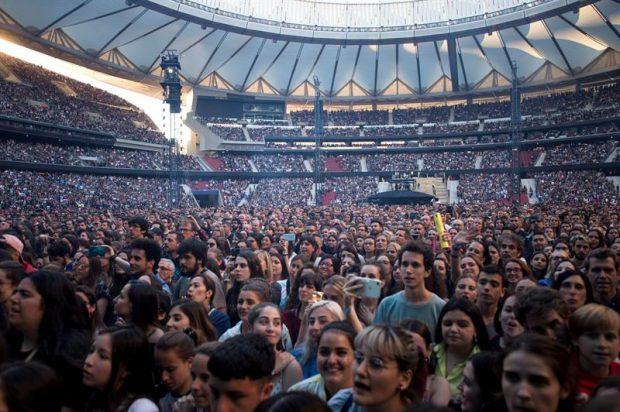 Asistentes al concierto ofrecido esta noche en el Wanda Metropolitano, en Madrid, por el cantante, compositor y guitarrista británico Ed Sheeran, el artista que más discos vendió en el mundo en 2017. Foto: EFE