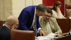 Elías Bendodo (PP) y Francisco Serrano (Vox) negocian en el Pleno.