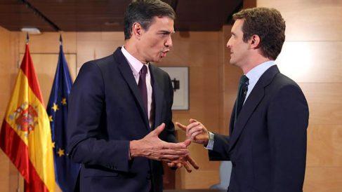 El presidente del Gobierno en funciones, Pedro Sánchez (i), se reúne con el líder del PP, Pablo Casado, en su primer contacto oficial cara al próximo debate de investidura, esta tarde en el Congreso de los Diputados, en Madrid. Foto: EFE