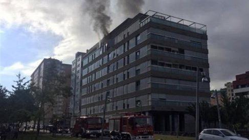 El edificio de Tarrasa donde se ha producido el incendio. Foto: Bomberos de Cataluña