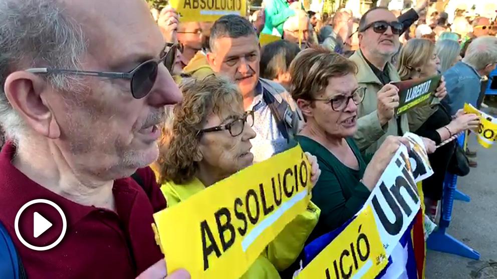 Manifestantes en la celebración del final del juicio del 1 de octubre en Barcelona.