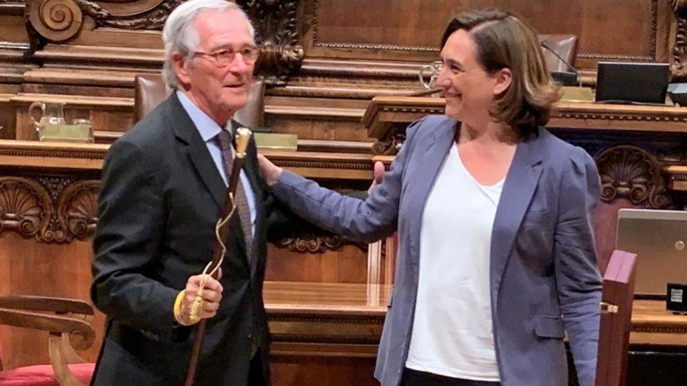 El corrupto ex alcalde de Barcelona, Xavier Trias, junto a la alcaldesa en funciones, Ada Colau, en el momento de entregarle la vara de mando de honor. Foto: EP