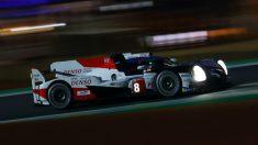 Fernando Alonso conduce el Toyota en la noche de Le Mans.