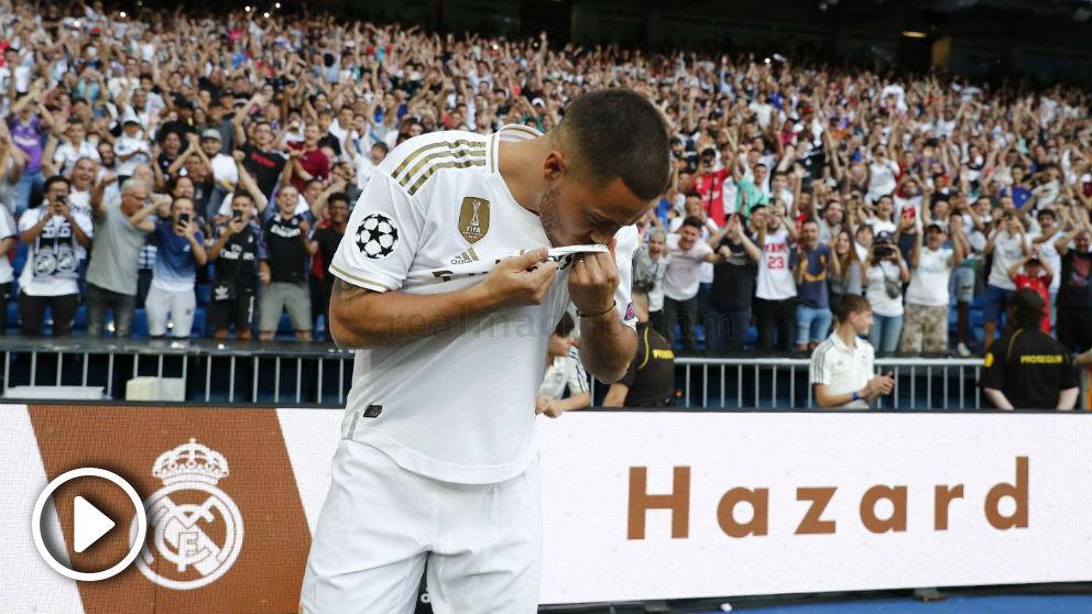 Hazard se besa el r del Real Madrid ante el Bernabéu.