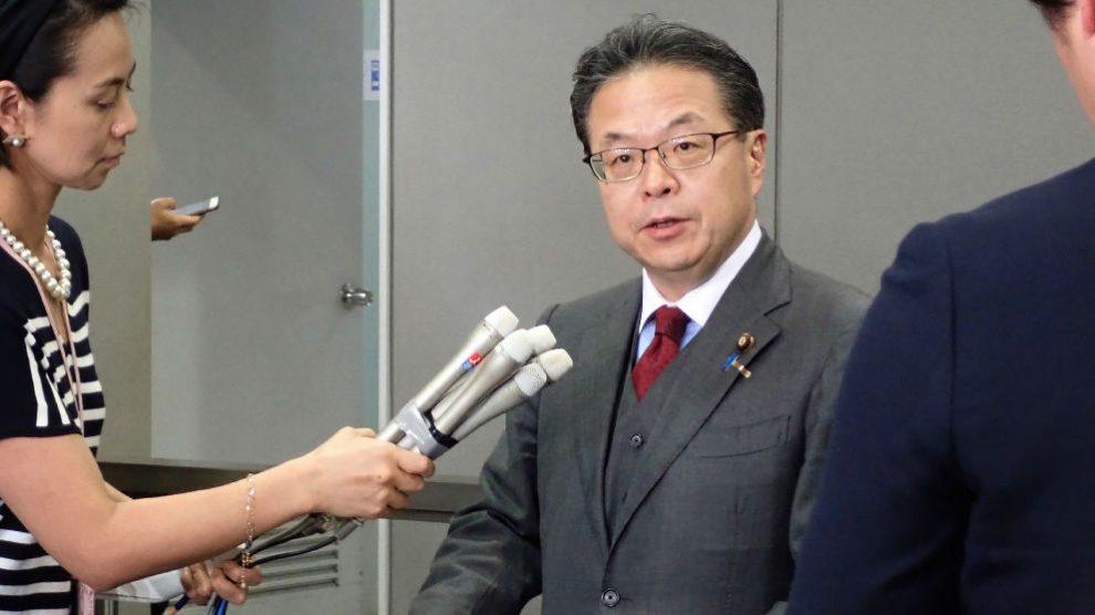 Hiroshige Seko, ministro de Economía japonés, explica a la prensa los incidentes de los petroleros.