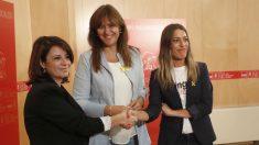 La portavoz socialista en el Congreso, Adriana Lastra (i), con la de JuntsxCat, Laura Borràs (c), y la vicepresidenta del PDeCAT, Miriam Nogueras (d). (Foto: EFE)