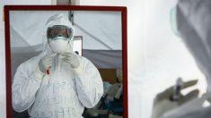 Un médico del equipo de tratamiento contra el ébola. Foto: AFP