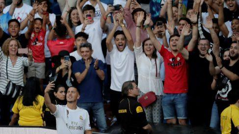Hazard se hace un selfie en su presentación en el Bernabéu. (Getty)