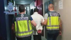 El asesino de Aranjuez siendo escoltado por la Policía a su llegada a los juzgados de Aranjuez.