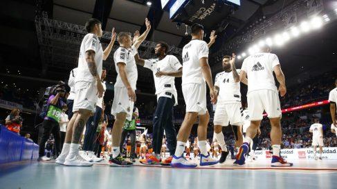 Los jugadores del Real Madrid se saludan antes de un partido. (ACB)