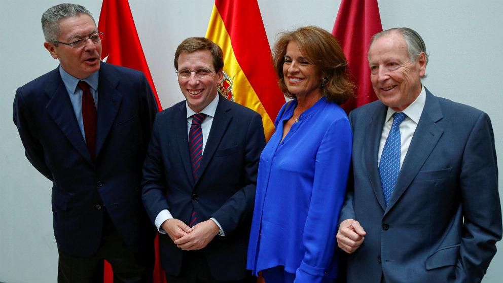 José Luis Martínez-Almeida con los alcaldes del PP que le han precedido