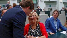 José Luis Martínez-Almeida saluda a Manuela Carmena. Foto: EFE