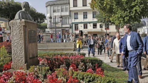 Rajoy visitando el busto de homenaje a Fraga en Villalba.