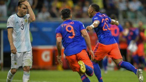 Roger Martínez y Falcao celebran el gol. (AFP)